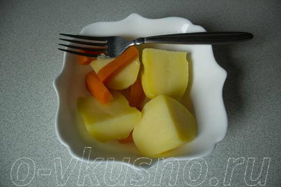 Достаем из бульона картошку, морковку и лук