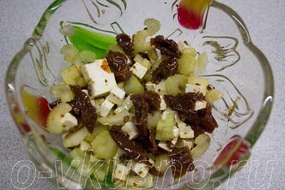 Салат из сельдерея и вяленых помидор