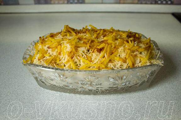 Салат с курицей и жареной картошкой