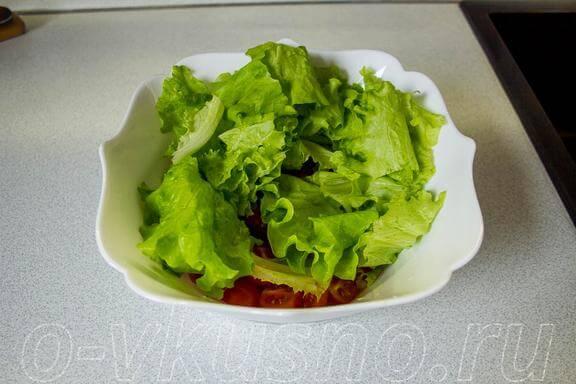 Кладем салатные листья