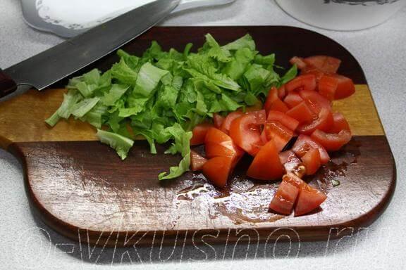 Режем помидоры и салатные листья