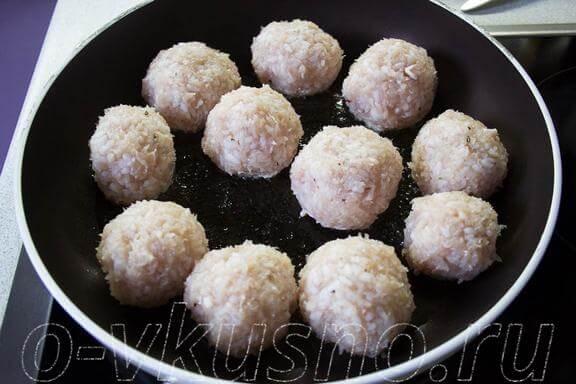 Выкладываем шарики из риса и фарша в сковороду