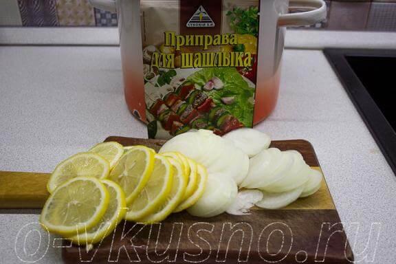 Нарезаем лимон и лук