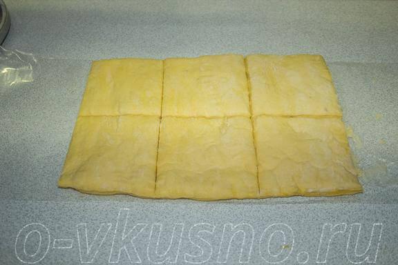 Разрезаем слоеное тесто