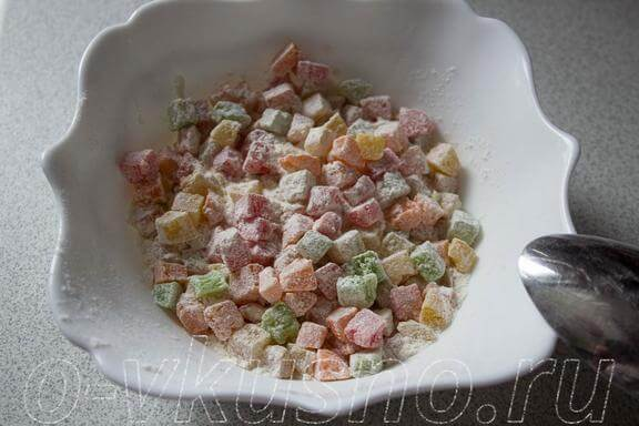 Мешаем цукаты или изюм с мукой
