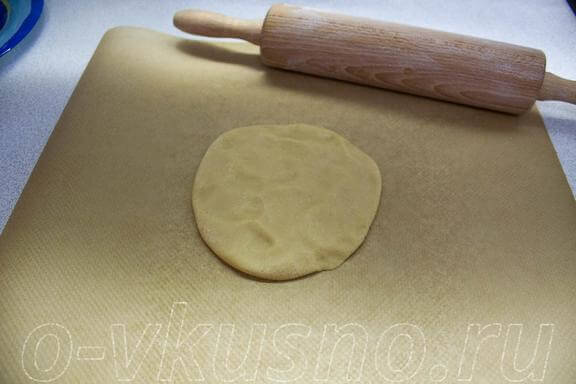 Раскатываем на пекарской бумаге