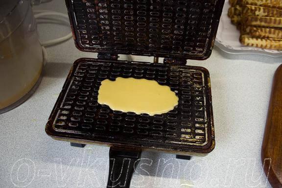 Наливаем тесто в электровафельницу