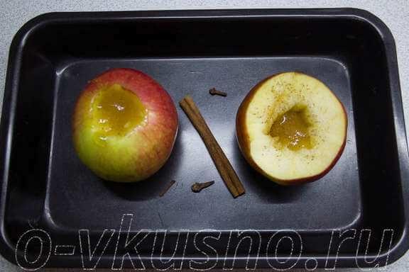 Вырезаем из яблок сердцевину