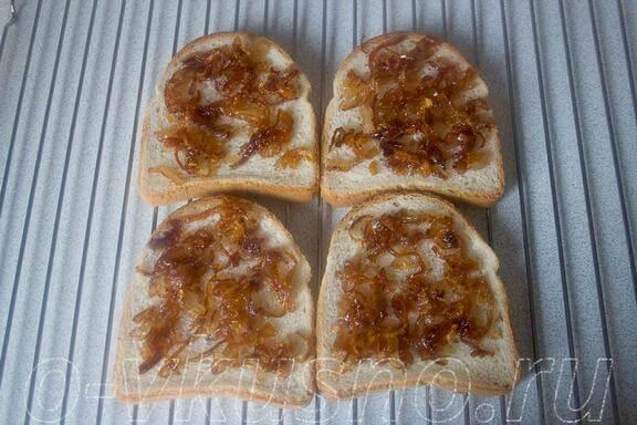 Выкладываем лук на хлеб