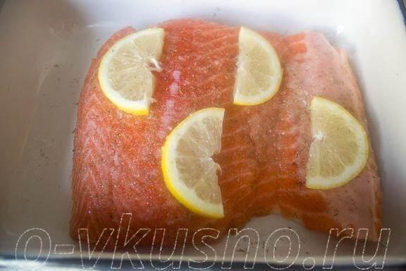 Натираем солью рыбу