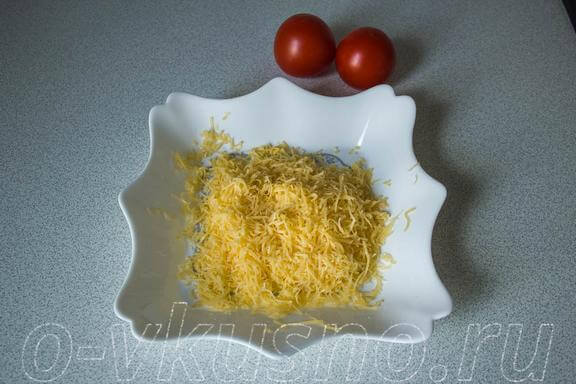 Помидоры и натёртый сыр