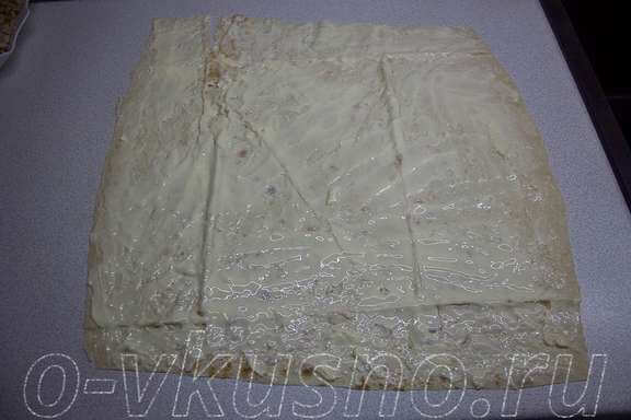 Намазываем первый слой лаваша сыром