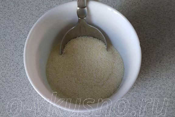 Смешиваем манку, сахар и соль